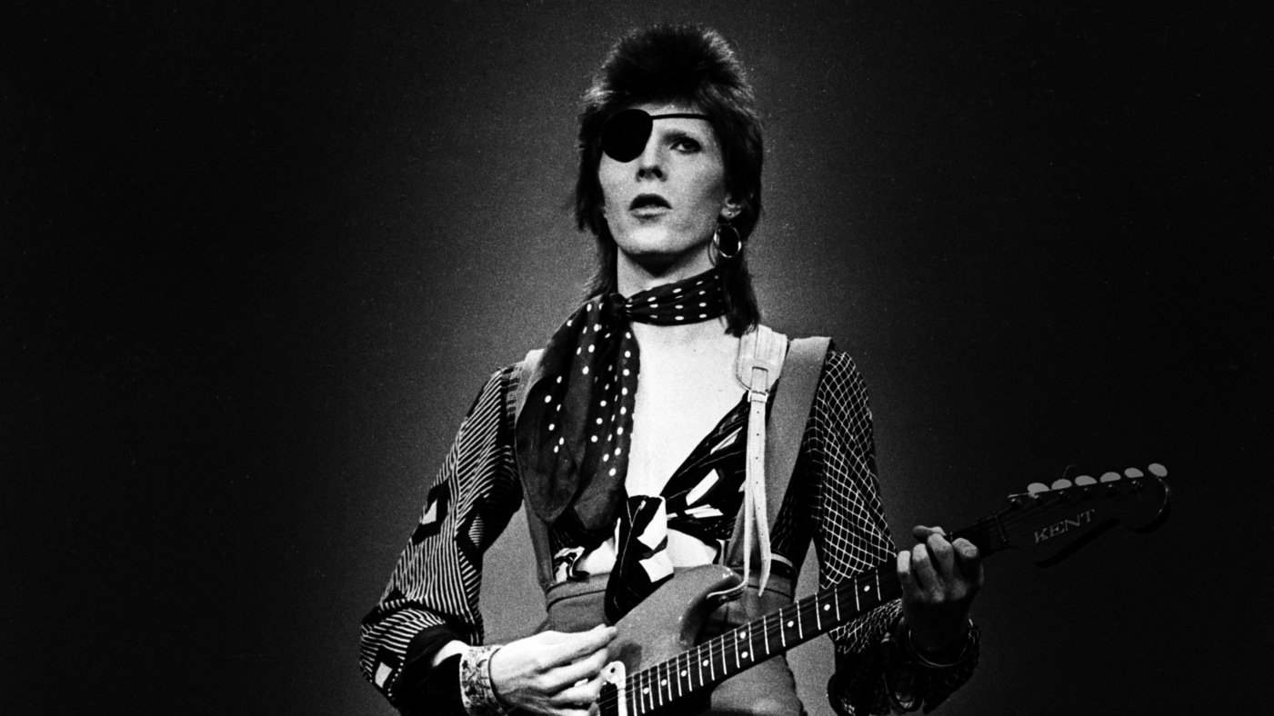 HILVERSUM, NETHERLANDS - FEBRUARY 13: David Bowie, with eye patch, performs 'Rebel Rebel' in the Top Pop Studios, Hilversum, Netherlands on February 13 1974. (Photo by Gijsbert Hanekroot/Redferns)