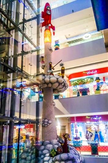 Lego никуда не делось из Детского мира. В магазине установлена самая большая фигура из кубиков Lego. Ее высота более 18.5 метров, а вес - 4 тонны