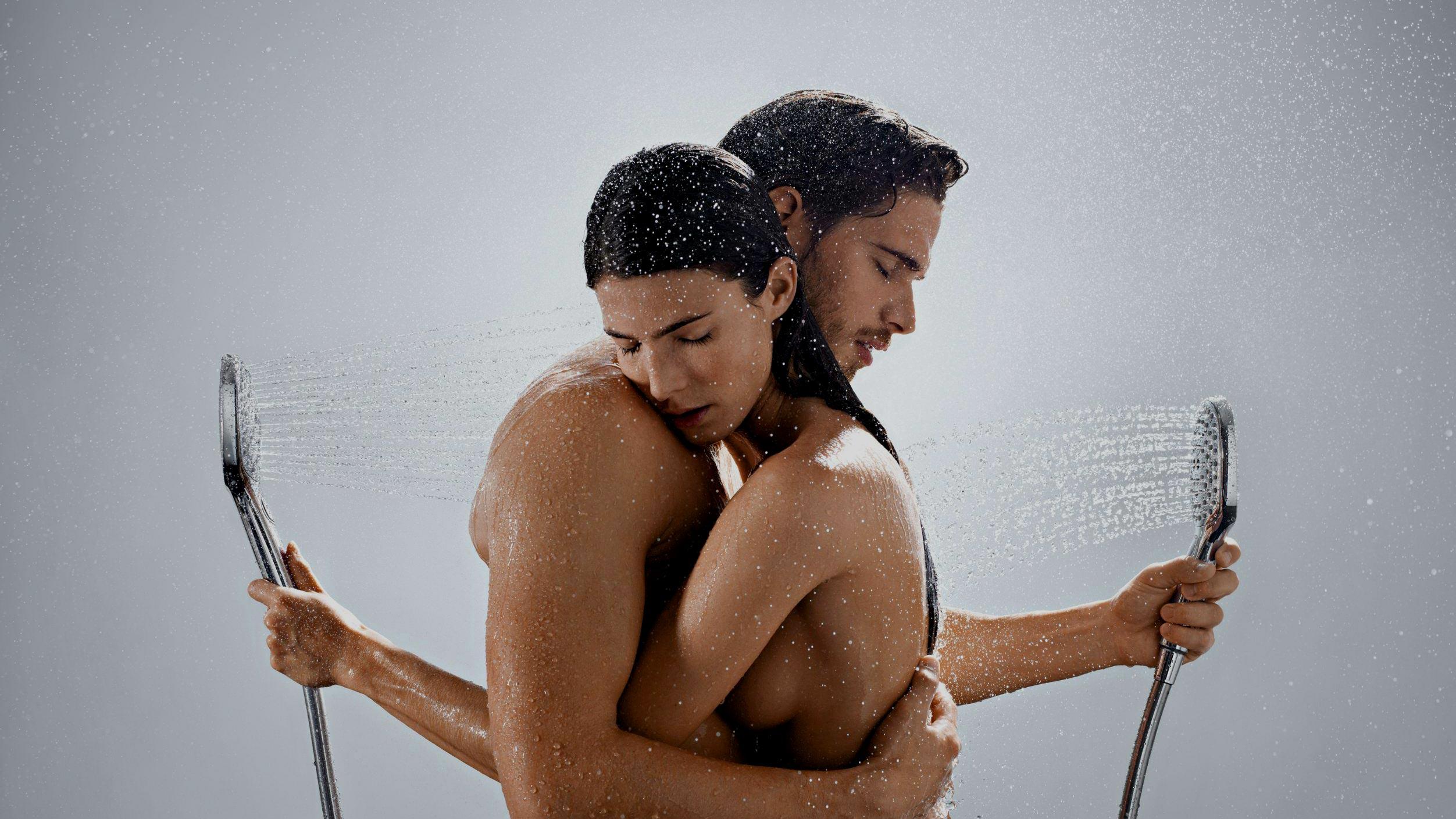 пара принимает душ